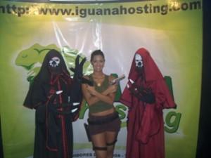 Lara Croft en WCG y Participantes del Cosplay en el Stand de Iguanahosting.com