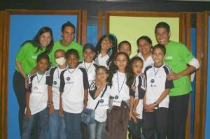 Voluntarios y niños
