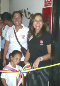 Marianella Durán de Mabe junto a los estudiantes de Fe y Alegría
