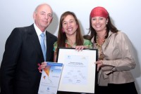 Claudia Valladares junto a Oswaldo Cisneros y Mireya Blavia de Cisneros