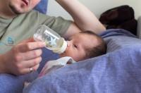 Bebé tomando tetero