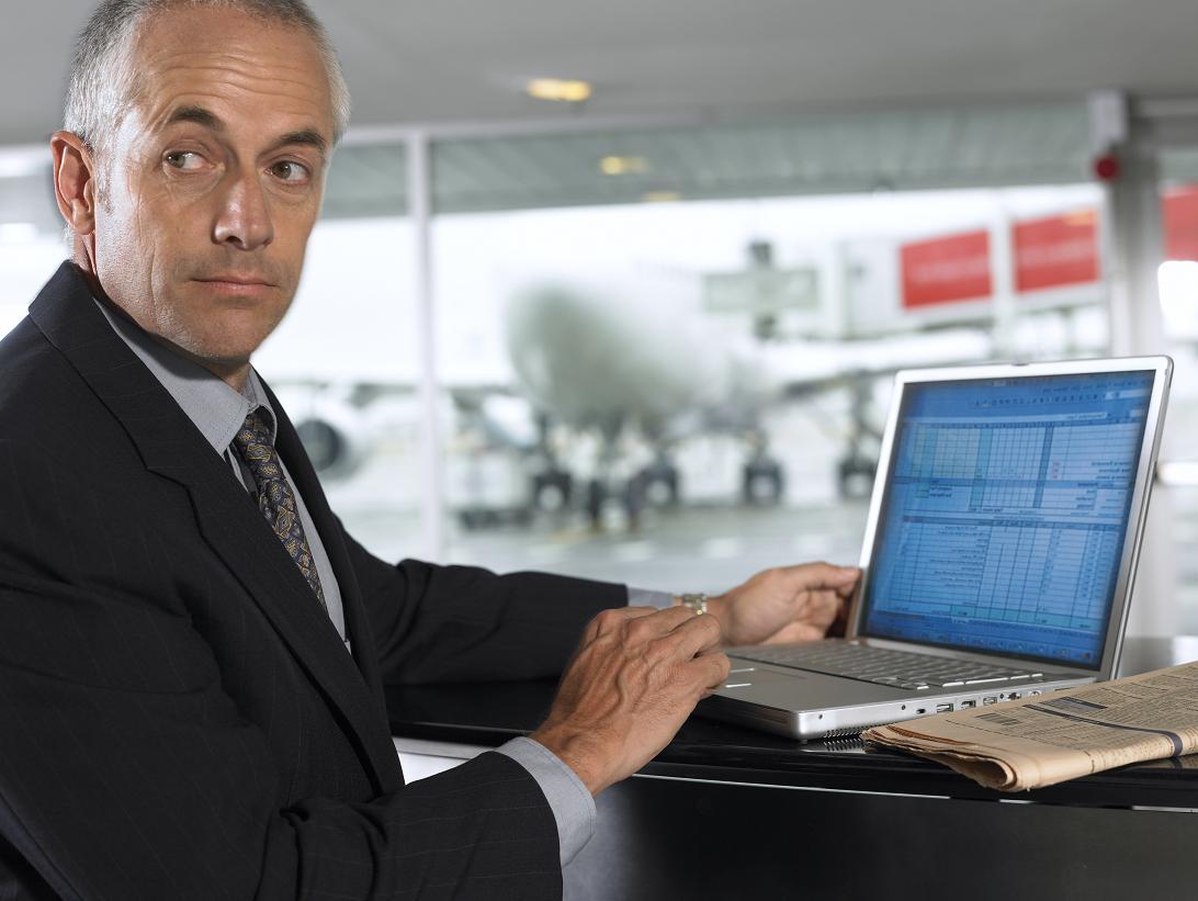 Hombre con laptop en el aeropuerto