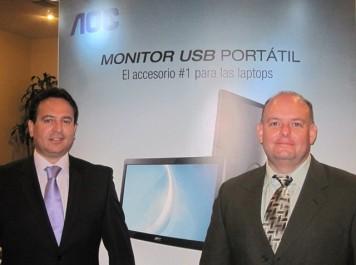 En la foto de izquierda a derecha; Fernando Correa Director de Venta para la región de NOLA y Robert Veléz, gerente de mercadeo de AOC para América Latina