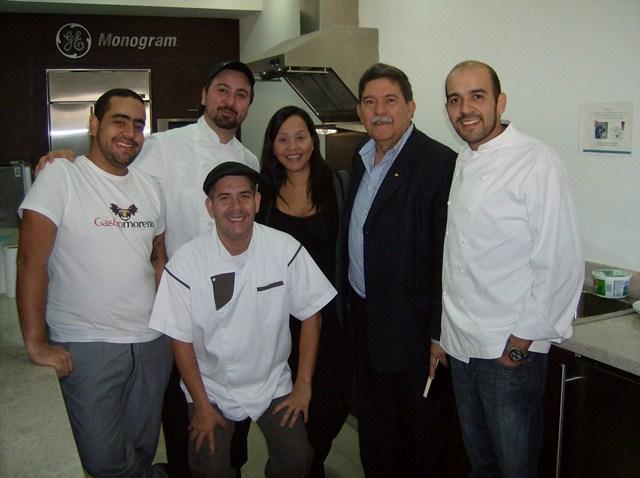 Jhordana Núñez, Asistente de Marca Mabe y el Chef Víctor Moreno junto a su padre y equipo de trabajo