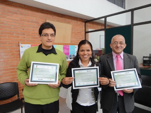 Estudiantes con su diploma que los acredita como Agentes Telefónicos de Call y Contact Center