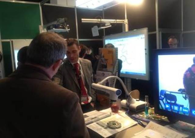 Visualizador-cámara de documentos ELMO L-12 en el stand de Charmex en Expodidáctica 2012