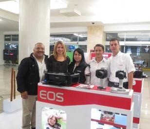 En la foto de izquierda a derecha  Sergio Velásquez, representante de cámaras EOS; Janeire Arango, representante de Mercadeo Colombia de Canon y tres asesores de producto en Colombia.