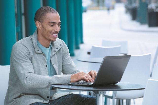 Hombre con Ultrabook