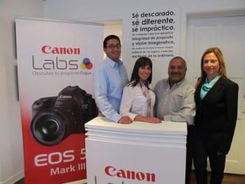 En la foto de izquierda a derecha, los ejecutivos de Canon: Elio Valenzuela, Representante de Mercadeo de la Línea EOS; Carolina Vásquez, Representante de Ventas para Colombia, Sergio Velásquez, Especialista PRO EOS y Janeire Arango, Representante de Mercadeo Colombia.