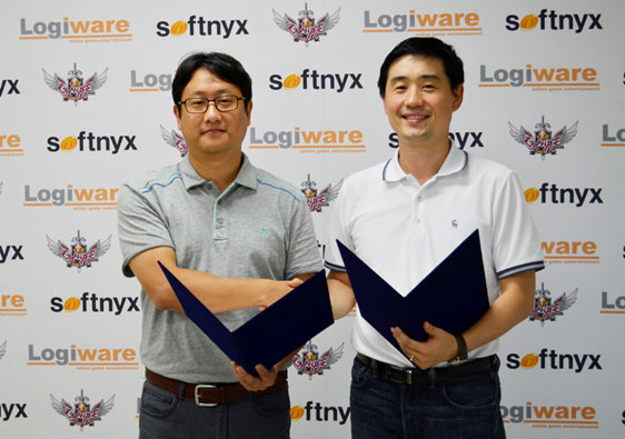 Firma de contrato de 'GranAge' realizado en la oficina central de Softnyx (Desde la izquierda: Saehoon Kim, representante de Logiware, y Sanchez Chang responsable de negocios de Softnyx)