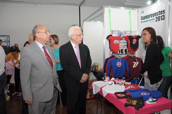 Fernando Chumaceiro (presidente de la Fundación BOD) y Antoneido Ferrer (vicepresidente Banca Comercial), recorriendo la exposición de los emprendedores orientales