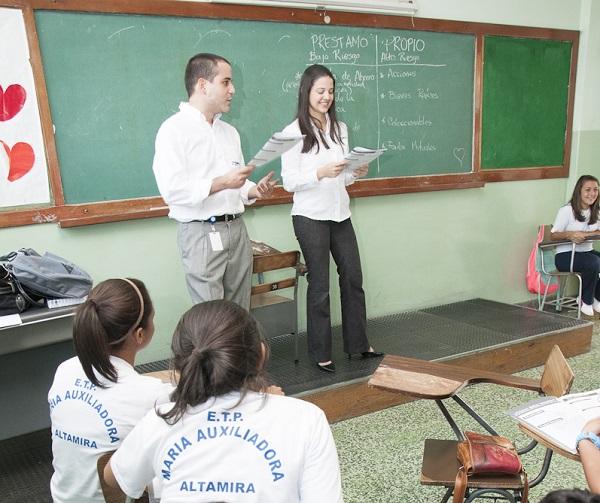 Voluntarios Bancaribe dictando de la mano de la asociación civil Jóvenes Emprendedores, un programa de Finanzas Personales