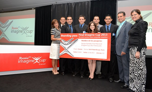 Representantes de Microsoft Venezuela con equipo ganador de Copa de la Imaginación 2013