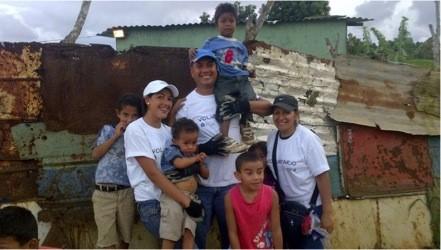 Voluntarios de Corporación XDV junto a los más pequeños en las construcciones realizadas con la fundación Techo en 2012