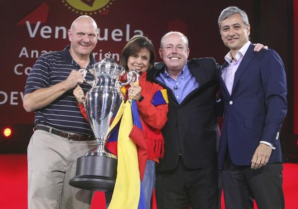 ANAYDA FRISNEDA, GERENTE GENERAL DE MICROSOFT VENEZUELA RECIBE LA COPA BEST WW SMALL SUB 2013