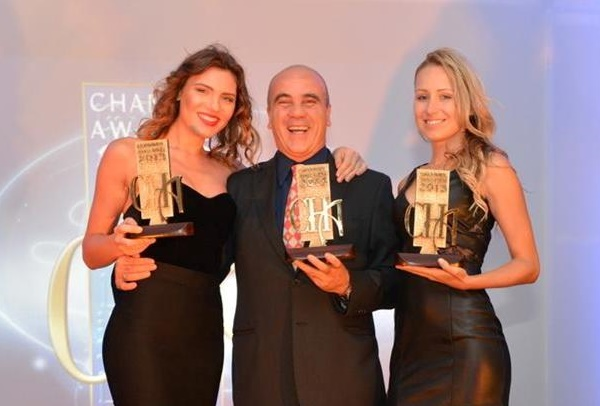 Sam Atassi de Tripp Lite recibiendo los Channel Awards 2013 - Cortesia de Channel Awards