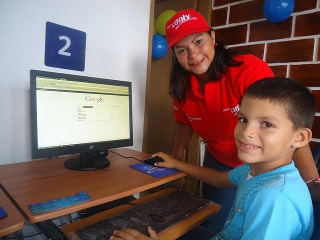 Los niños de la comunidad felices con sus computadores para la investigación y el estudio.