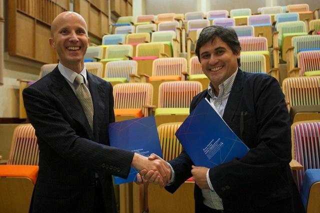 Bertrand Lamoureux, Gerente General de Air France Venezuela y Eduardo Méndez, Director Ejecutivo FundaMusical sellan alianza entre las dos instituciones