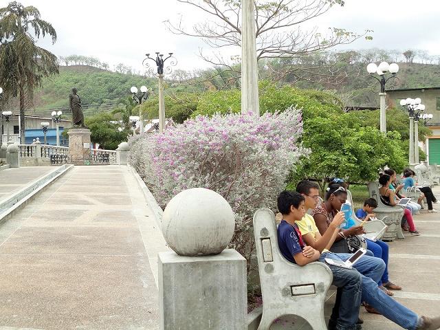 Jóvenes conectados con sus Canaimas en la plaza Bolívar de Tunapuy