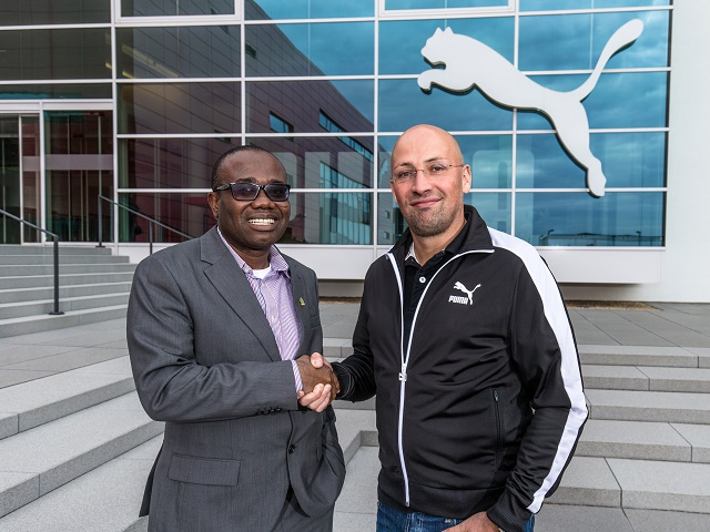 Kwesi Nyantakyi (GFA) con Christian Voigt (PUMA)