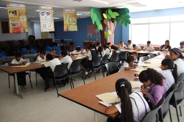 """niños en la  Biblioteca Pública del Zulia """"María Calcaño"""""""