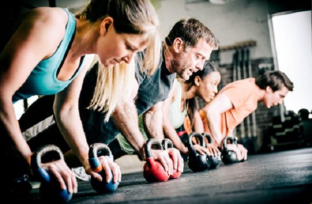 Entrenamiento grupal en gym_bienestar integral