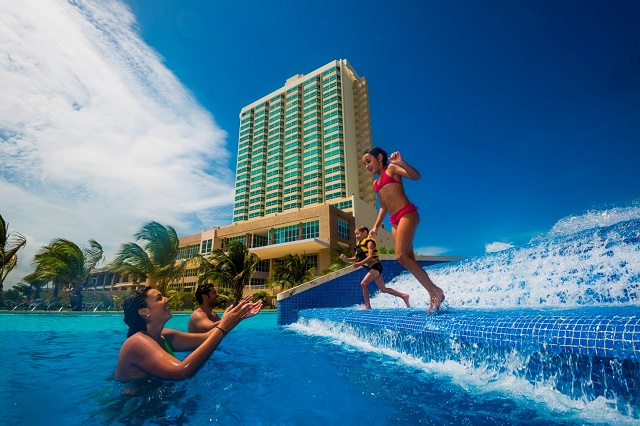Familia disfrutando la piscina (web)