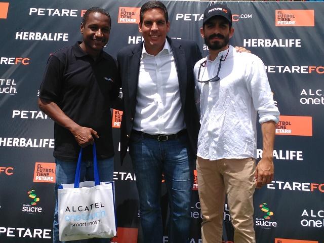John Giraldo, director técnico del equipo; Jorge Vigón, Gerente de Mercadeo de ALCATEL ONETOUCH Venezuela, y Enrico Pugliese, presidente del Petare FC.