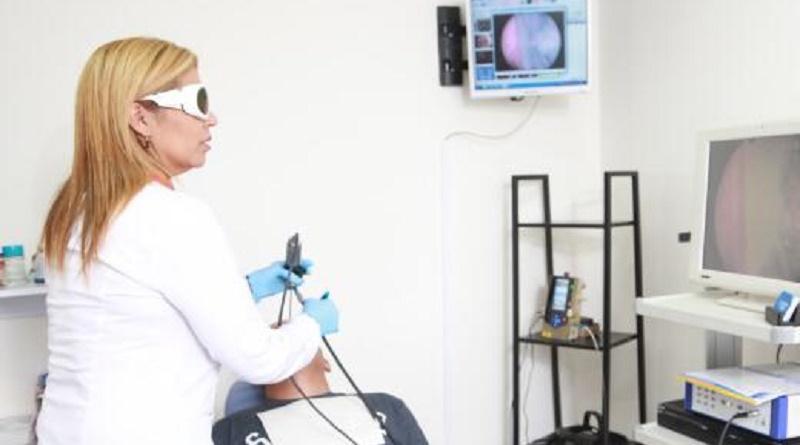 Dra. Sajidxa Mariño operando con láser en consultorio