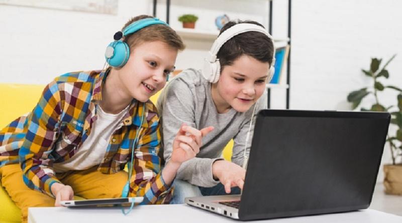 ninos-jugando-al-ordenador