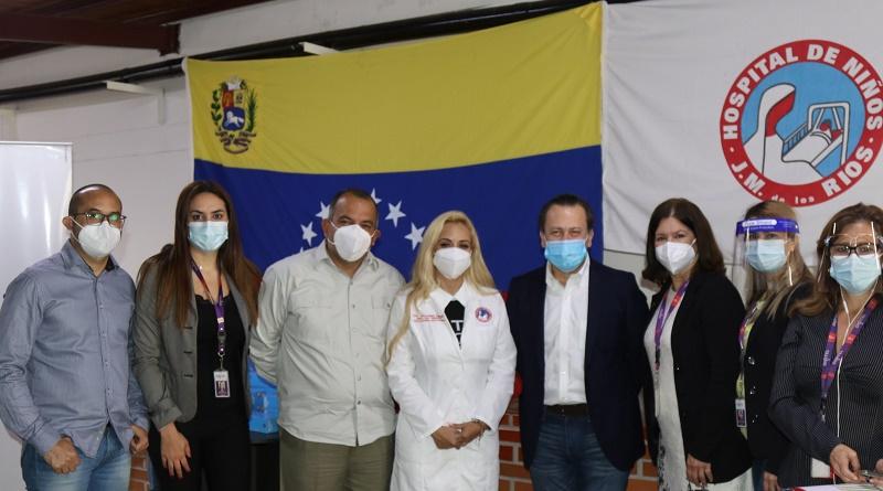 Representantes de Digitel haciendo entrega de insumos médicos para la prevención del Covid-19